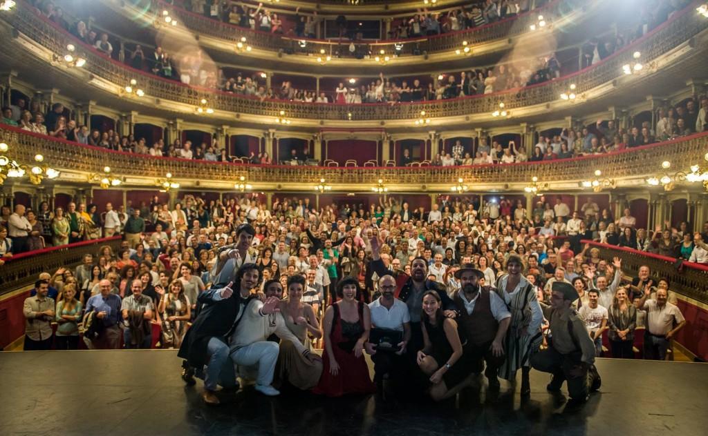 Los actores de 'El Eunuco' y la directora del Festival de San Javier, tras la representación. FOTO. FESTIVAL DE SAN JAVIER