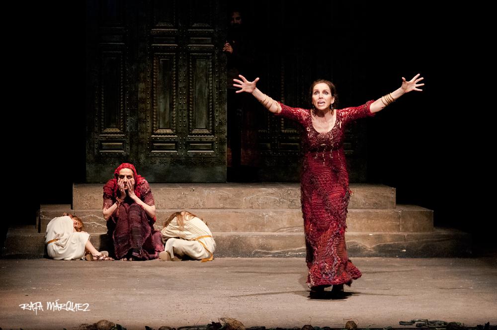 Las actrices Ana Belén (d) y Consuelo Trujillo, durante la representación en el Teatro Circo // RAFA MÁRQUEZ