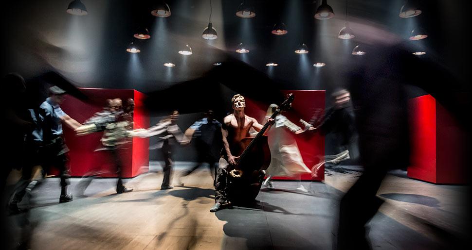 Los actores del Teatro Pushkin de Moscú, durante la representación de 'Medida por medida' (www.cheekbyjowl.com/)